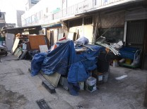 수 개월 동안 무단으로 방치되어 있는 건설 폐기물